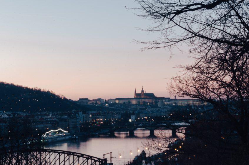 Panorama Prahy vyfotografované během zlaté hodinky